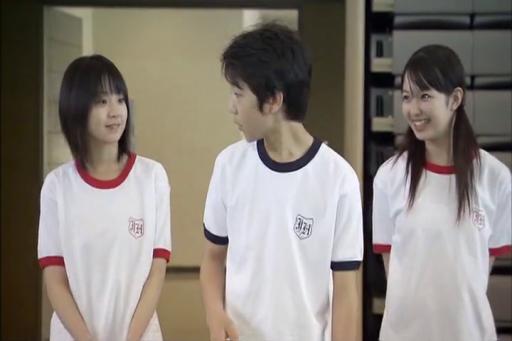 Sus 2 amigas les gusta Asumu. Ok, este chico tuvo más suerte en la secundaria que todos nosotros juntos